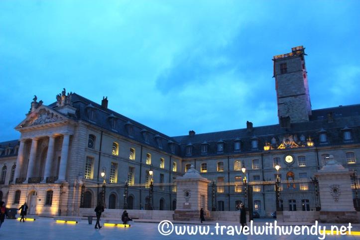 dijon-palace-at-night