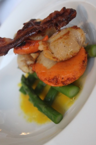 Scallops with bacon and asparagus in lemon olive oil sauce